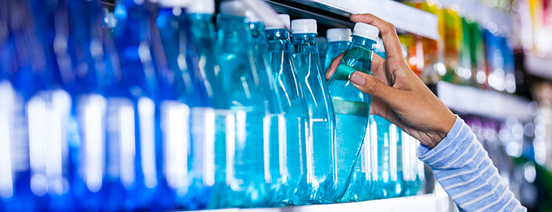 acqua scaduta nelle bottiglie d'acqua