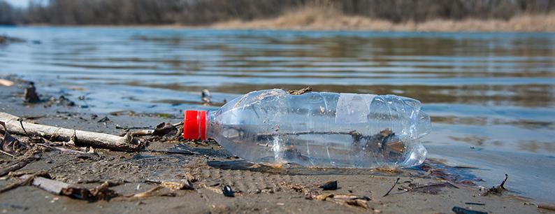 bottiglia di plastica in un fiume