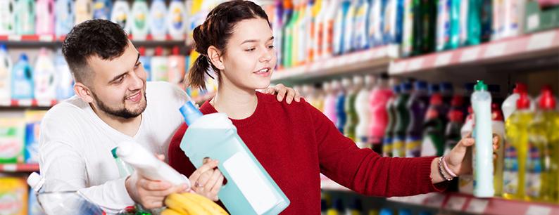 Famiglia che sceglie detersivi e detergenti che non contengono plastica